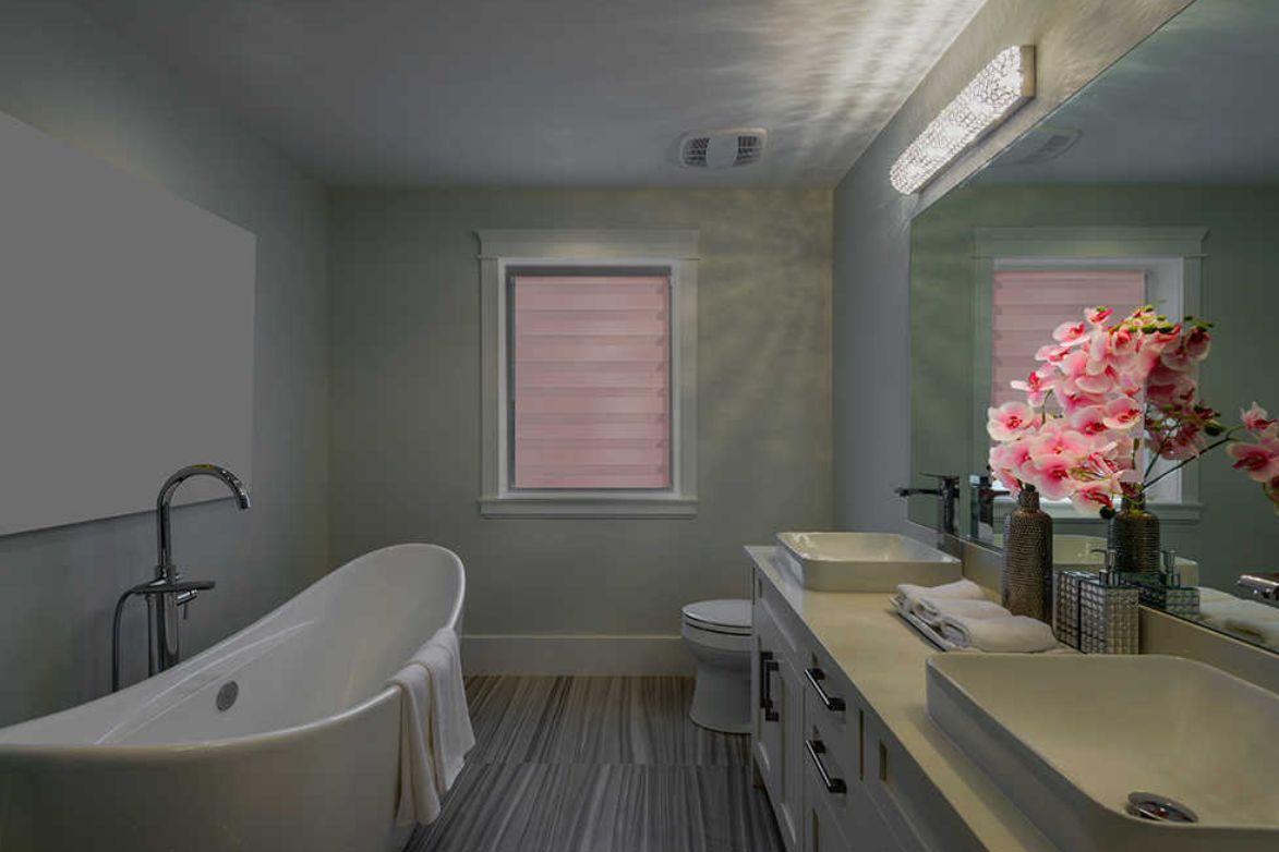 V koupelně zajistí roleta Den a noc pocit soukromí a navíc vykouzlí úžasnou hru světla a stínu